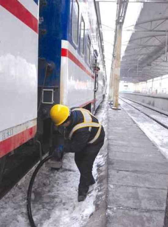 """乌鲁木齐:给火车""""喝水""""的人(图),图一"""