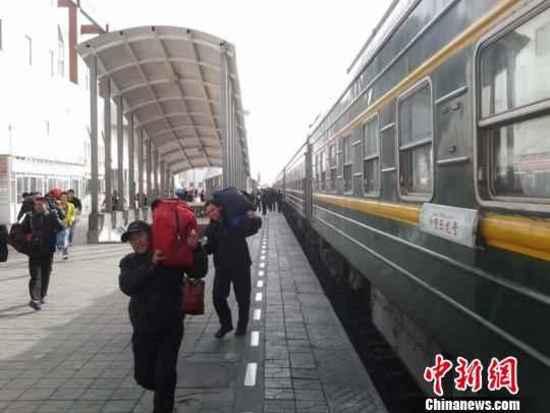 务工客流进新疆淘金 吐鲁番火车站胜似春运