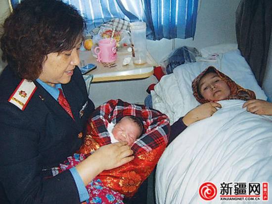 乌鲁木齐K595列车里一孕妇突然临产 众人援手助分娩