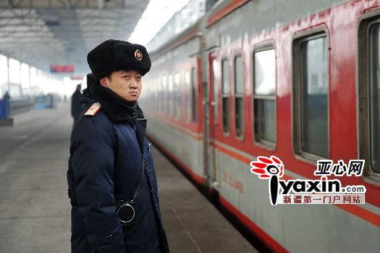 大衣帽子皮手套乌鲁木齐火车站站务员寒风中一站9小时,图二