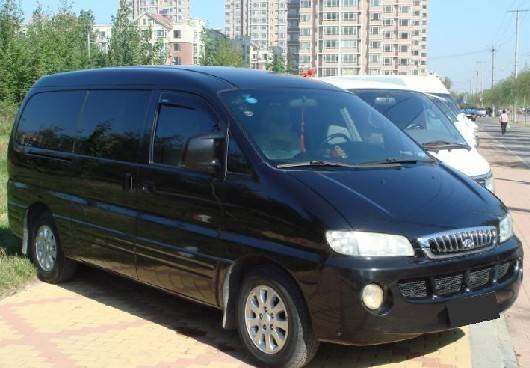 9座黑色现代瑞丰商务车